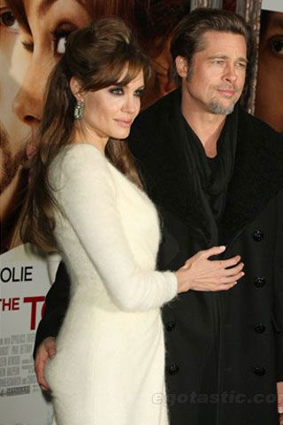 Brad Pitt squeezing Angelina Jolie\'s ass