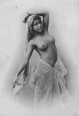 gorgeous nude bellydancer