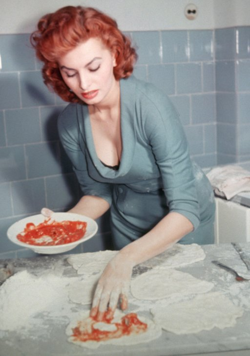 Sophia Loren making delicious pizza